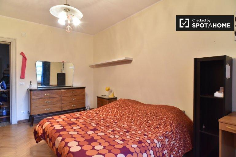 Nice room in 4-bedroom apartment in Trieste, Rome