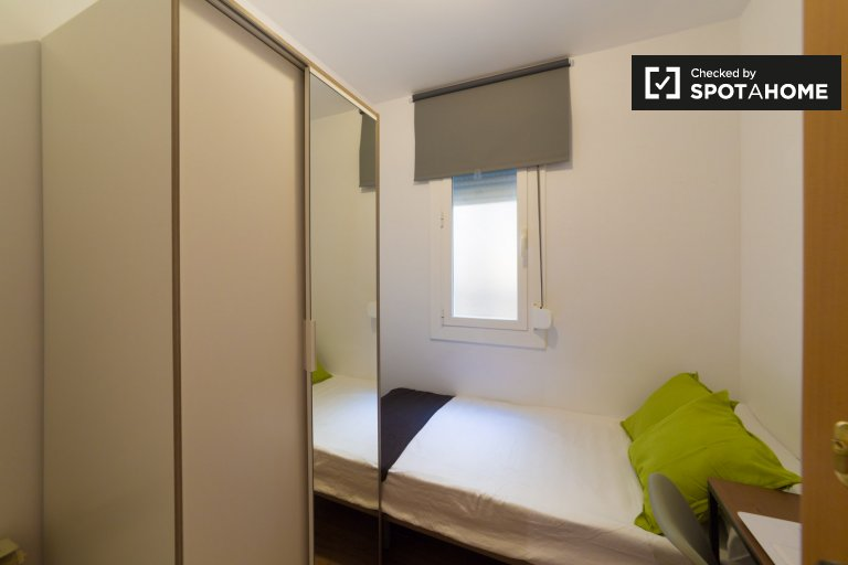 Cute room to rent in 5-bed apartment, Horta-Guinardó