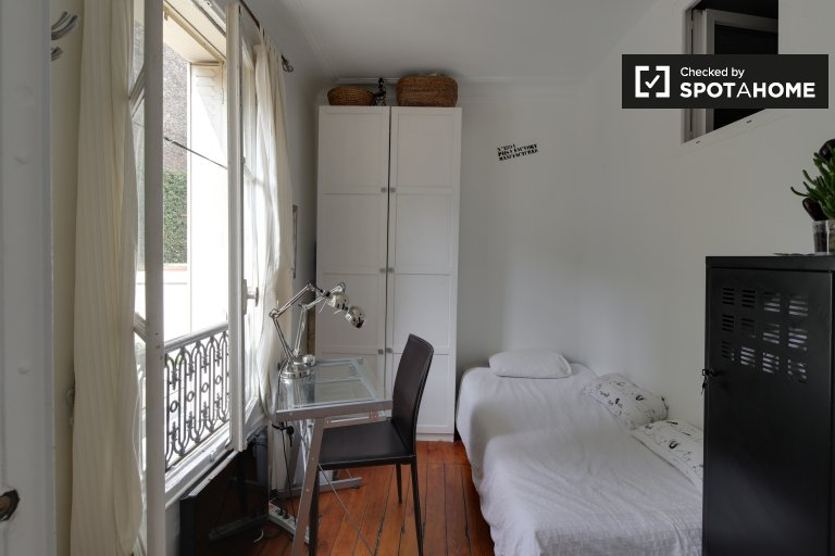 Single Bed in Room for rent in chic 2-bedroom apartment in 12th arrondissement