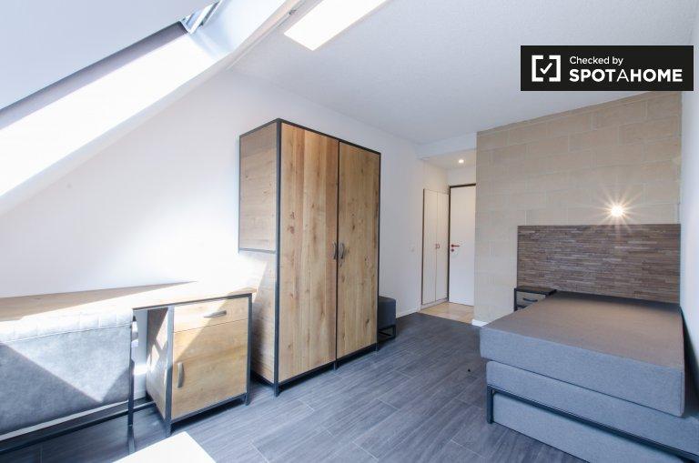 Malerisches Zimmer in einer Wohnung in Saint Gilles, Brüssel