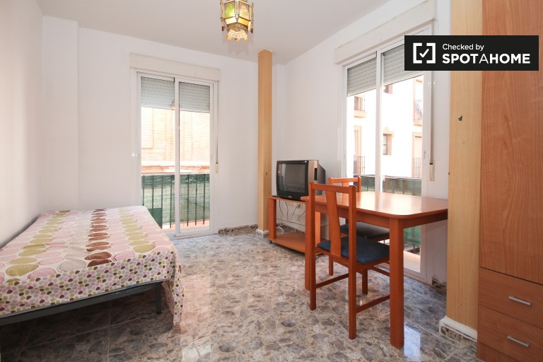 Studio apartment with balcony to rent in the centre of Granada