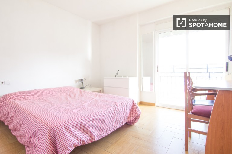 Double Bed in Rooms for rent in a 4-bedroom apartment with balcony in Algirós, ideal for students