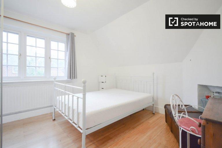 Edgware'de 2 yatak odalı apartman dairesinde kiralık şık oda