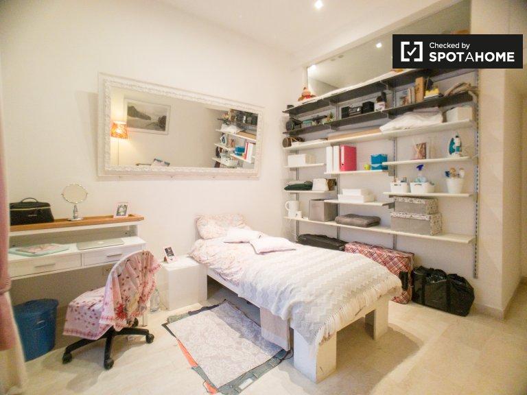 Stanza moderna in appartamento condiviso, Lorenteggio, Milano
