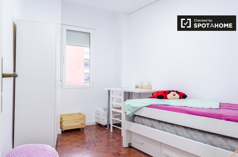 Accogliente camera in appartamento con 2 camere da letto a Extramurs, Valencia