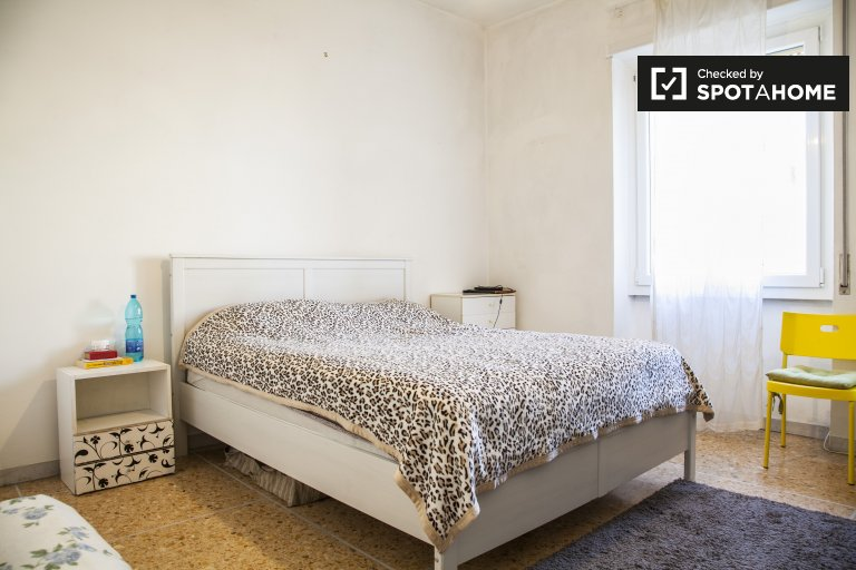 Comfortable room in 2-bedroom apartment in Monte Sacro, Rome