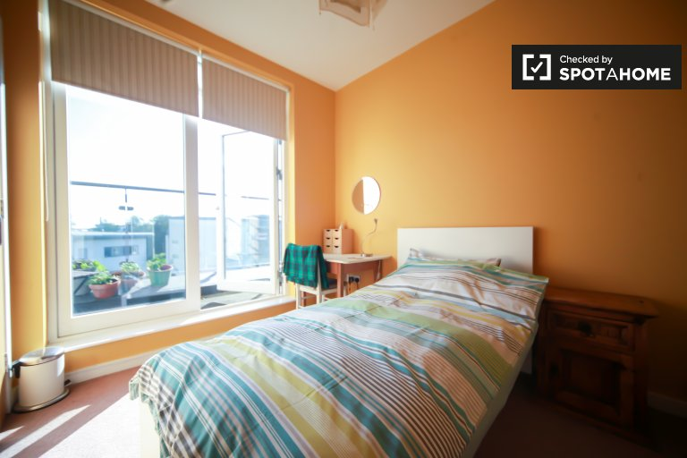 Sunny room in 3-bedroom apartment in Santry, Dublin