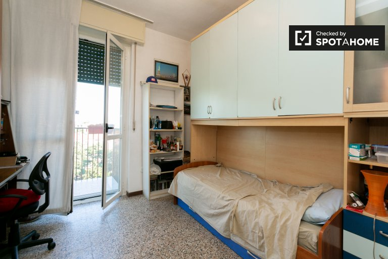 Comasina, Milan'da 3 yatak odalı dairede kiralık oda
