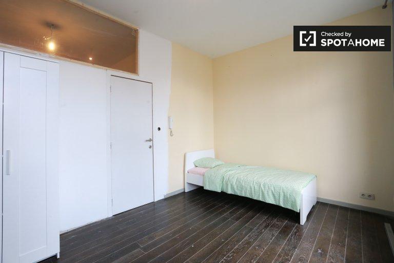 Quarto encantador para alugar em apartamento de 3 quartos no centro.