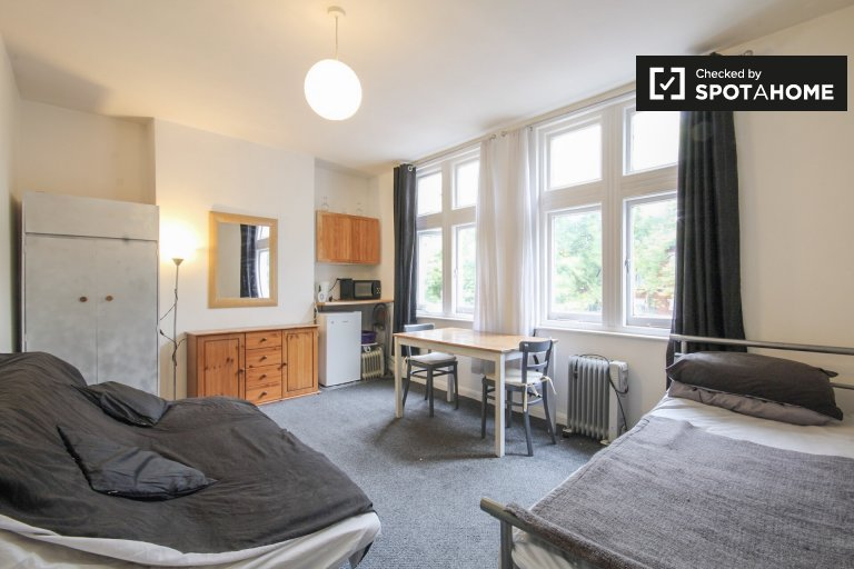 Double Bed in Rooms to rent in 6-bedroom, 2-bathroom house in Hammersmith