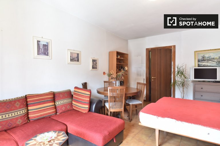 Twin Beds in Room for rent in big 2-bedroom apartment near Cinecittà Studios