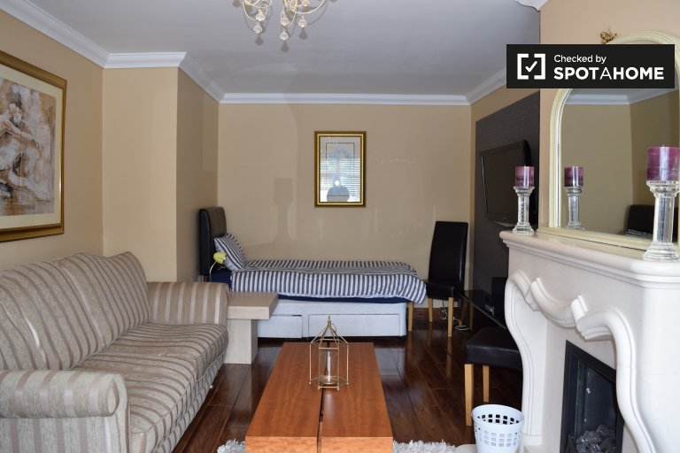 Bright room for rent in 5-bedroom house, Woodstown Village