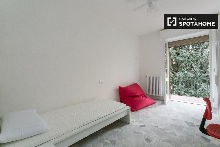 Beautiful room in apartment in Vigentino, Milan