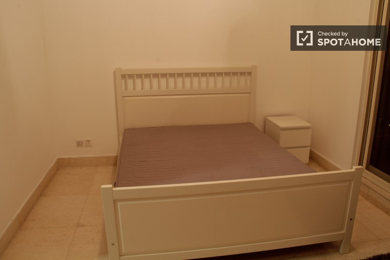 Double Bed in Rooms for rent in 3-bedroom apartment with pool, gym and tennis court access in Dubai Marina