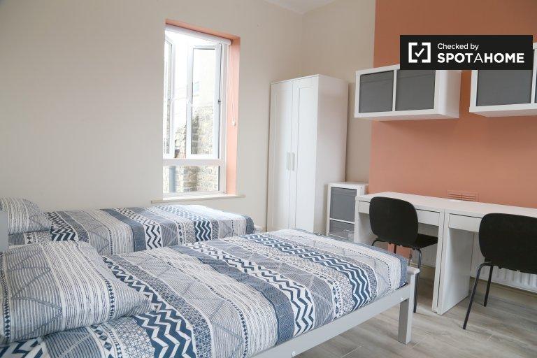 Chambre gaie à louer dans une maison de 8 chambres à Stoneybatter