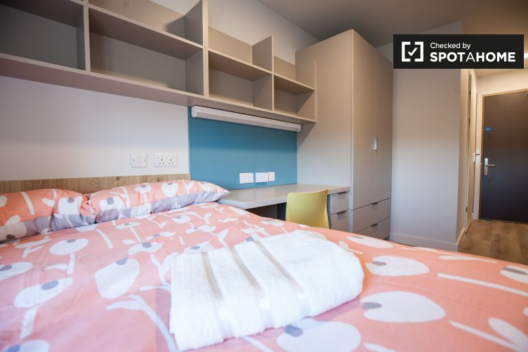 Room for rent in 7-bedroom apartment in residence hall