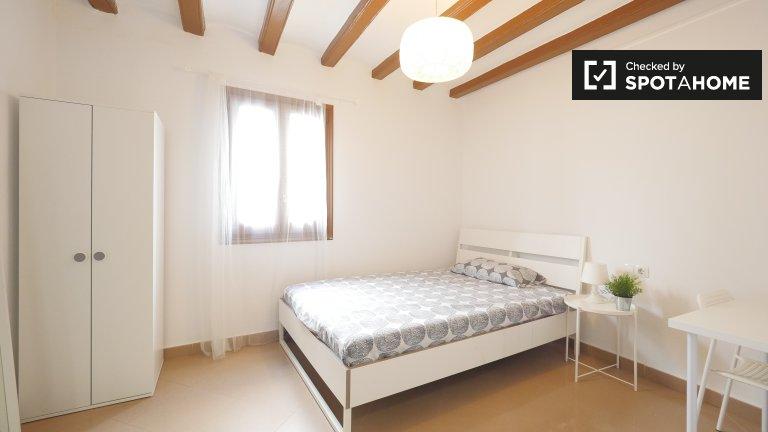 Barri Gòtic 4 yatak odalı dairede kiralık geniş oda