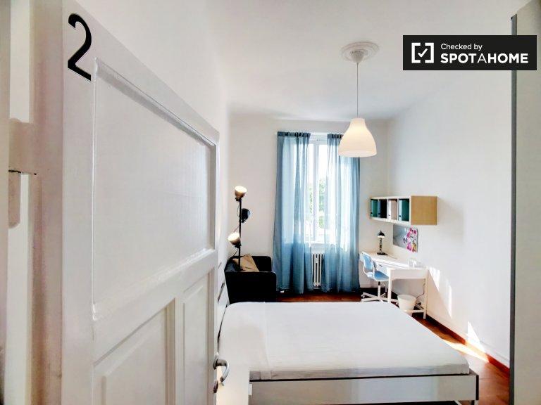 Quarto luminoso em apartamento de 4 quartos, Navigli, Milão