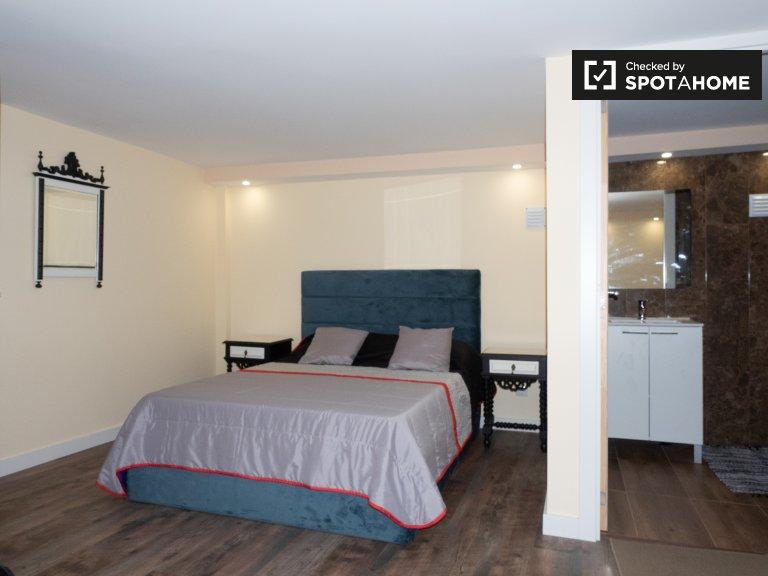 Ensuite room in 11-bedroom house in Famões, Lisbon