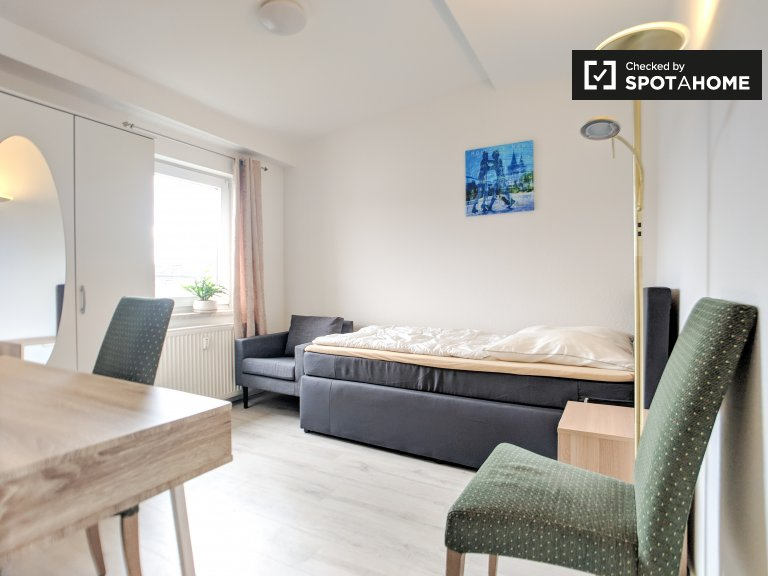 Nowoczesny pokój w apartamencie z 3 sypialniami w Mitte, Berlin
