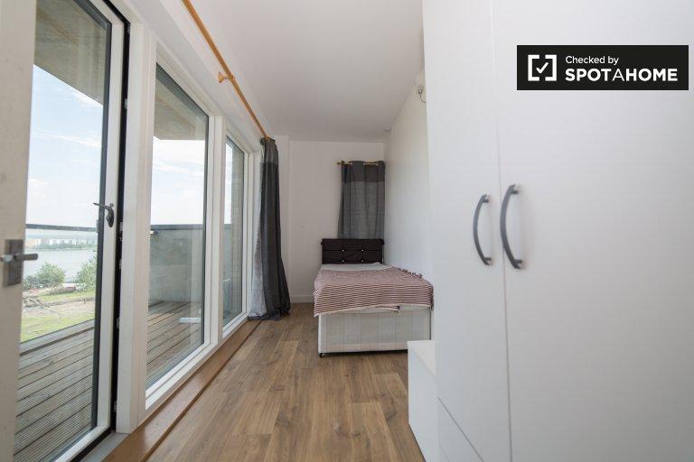Pokój z balkonem w 4-pokojowym mieszkaniu w Beckton, Londyn