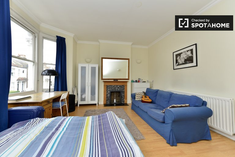 Double Bed in Rooms to rent in lovely 4-bedroom house in Wandsworth
