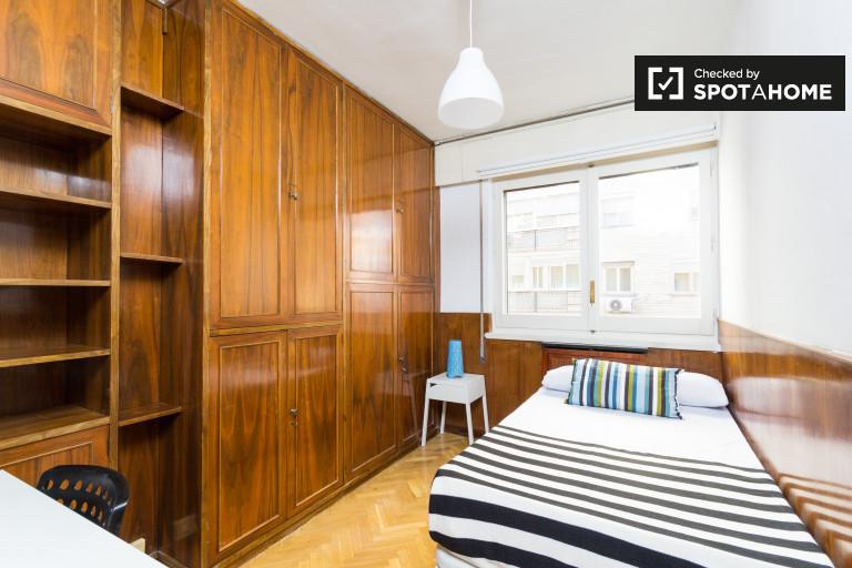 Equipped room in 6-bedroom apartment in Retiro, Madrid