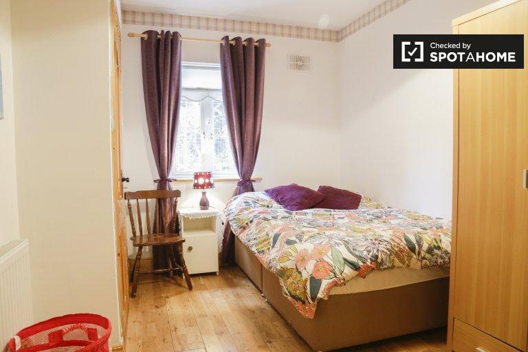 Chambre lumineuse à louer dans une maison de 5 chambres à coucher à Rathfarnham