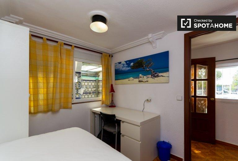 Se alquila habitación en casa de 2 dormitorios en Puente de Vallecas