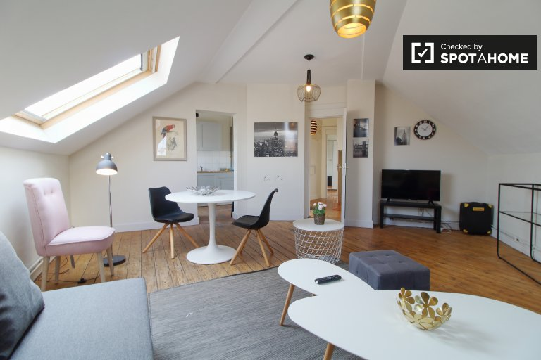 Rustic room for rent in 3-bedroom apartment in Saint Gilles