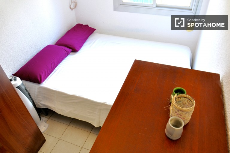 Double Bed in room for rent in apartment with balcony - Gràcia, Barcelona