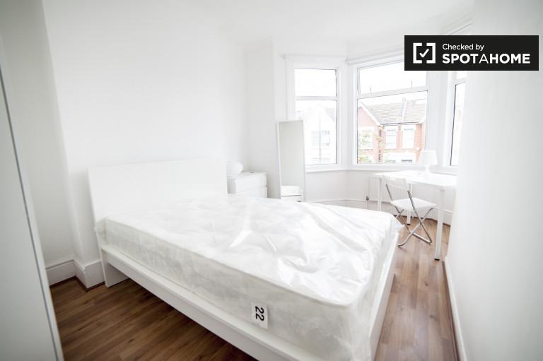 Chambre meublée dans un appartement de 7 chambres à Wood Green, Londres