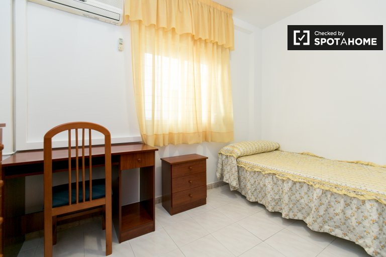 Single Bed in Spacious rooms for rent in flatshare with AC in Ronda