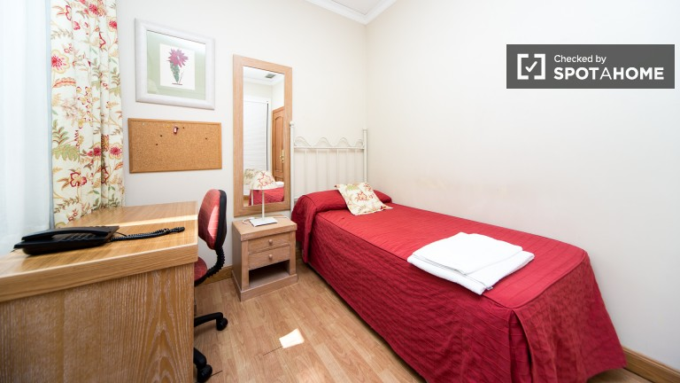Single Bed in Fantastic residence hall, every room with ensuite bathroom, located in the very centre of the city - Malasaña