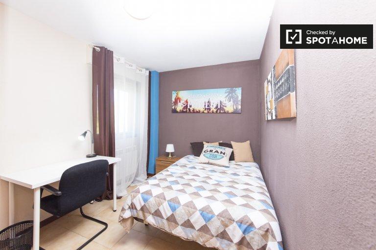 Chambre soignée à louer dans un appartement de 5 chambres à Alcalá