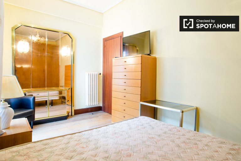 Big room in 5-bedroom apartment in Rekalde, Bilbao