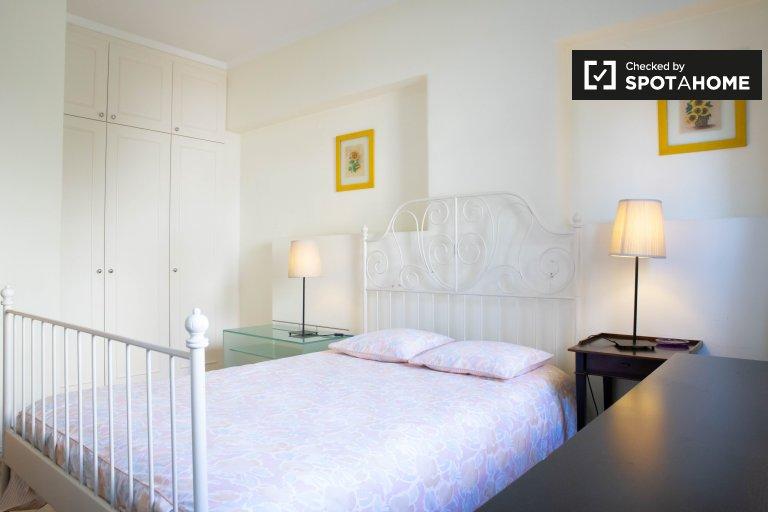 Alvalade, Lizbon 3 yatak odalı dairede kiralık oda
