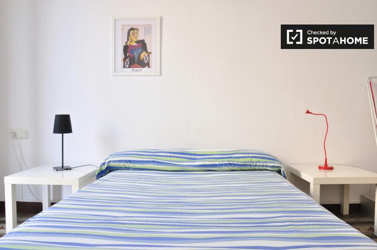 Zapraszający pokój we wspólnym mieszkaniu w Eixample w Barcelonie