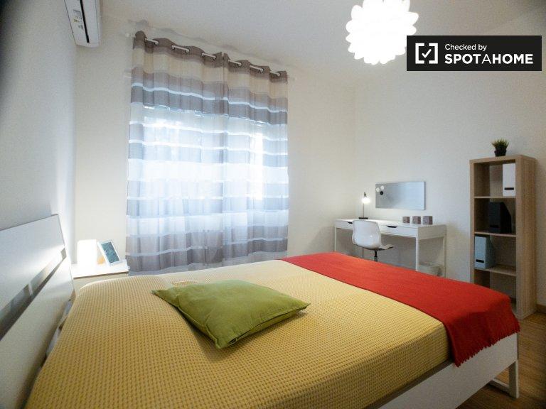 Zimmer zu vermieten in 3-Zimmer-Wohnung in Forze Armate, Mailand