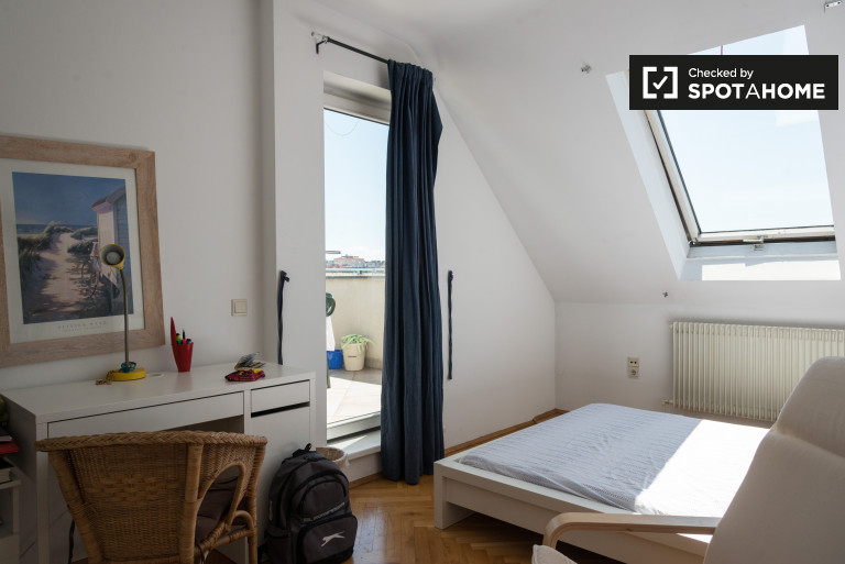 Single Bed in Rooms for rent in sunny 4-bedroom apartment in Wieden
