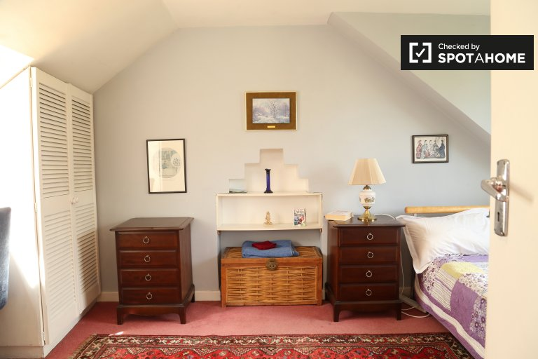 Double Bed in Rooms for rent in furnished 5-bedroom house in Dartry