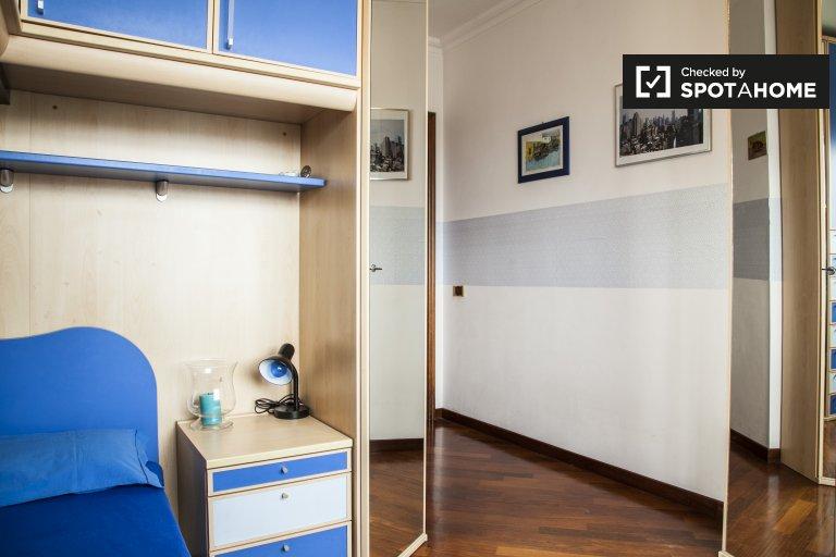Gran habitación en apartamento de 3 dormitorios en Laurentino, Roma