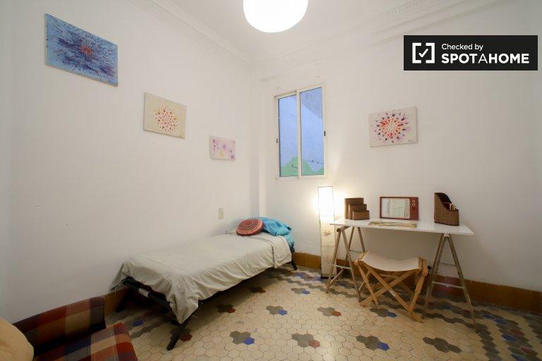 Se alquila habitación en apartamento de 3 dormitorios en Ciutat Vella.
