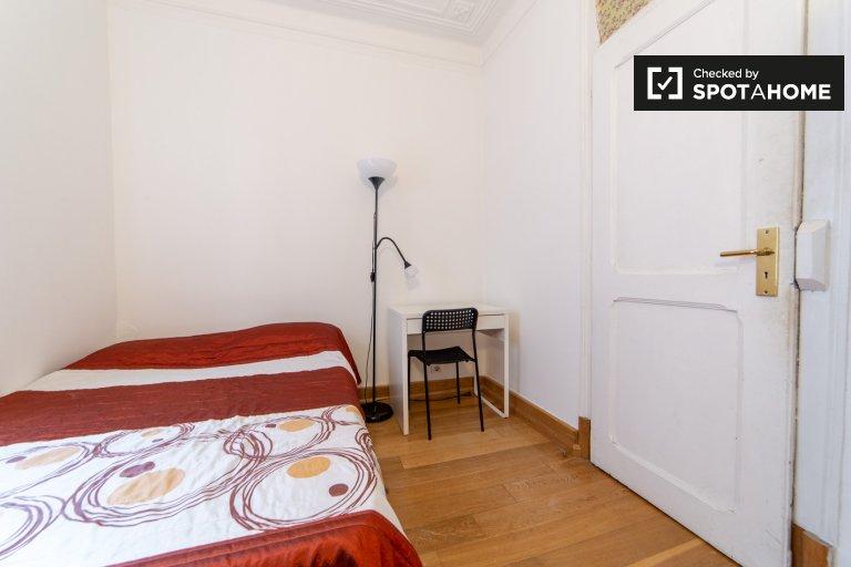Arroios'ta 6 yatak odalı dairede kiralık mobilyalı oda