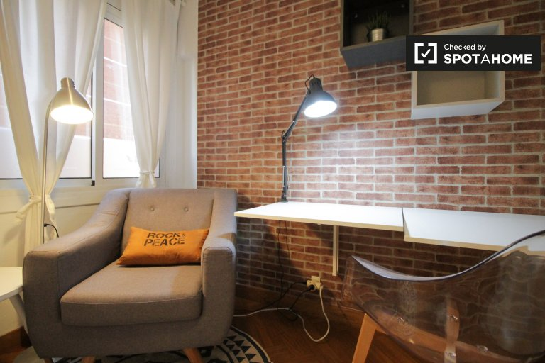 Lively room in 4-bedroom apartment in Poblenou, Barcelona