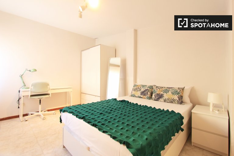 Double Bed in Rooms for rent in 6-bedroom apartment in Guindalera