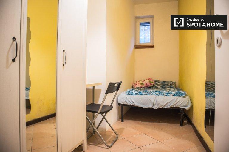 Jasny pokój w apartamencie z 4 sypialniami w Aurelio w Rzymie
