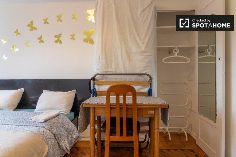 Principe Real'de 3 yatak odalı dairede kiralık rahat oda