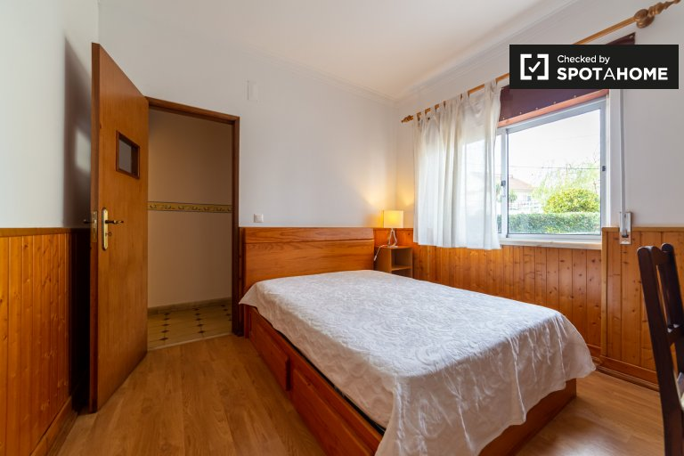 Room for rent in 3-bedroom apartment in Trafaria, Lisbon