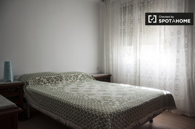 Double Bed in Rooms for rent in bright and modern apartment in Pío XII, Seville